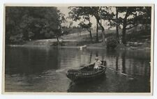AMERICANA GIRL IN ROW BOAT ON LAKE. EARLY BLACK AND WHITE PHOTO.