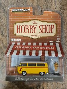 Greenlight Hobby Shop 1975 Volkswagen Type 2 Bus with Backpacker 1:64 Scale Mode