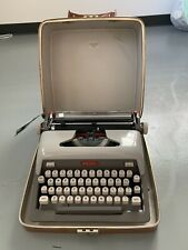 VINTAGE ROYAL TPEWRITER IN ORIGINAL LEATHER CASE