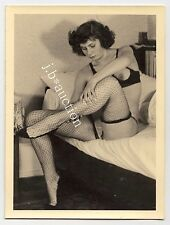 NUDE PULLING FISHNET STOCKINGS / NACKT NETZSTRÜMPFE * Vintage 60s Amateur Photo