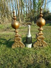 AN ANTIQUE PAIR OF DUTCH BAROQUE STYLE BRASS FIRE DOGS WITH BALLS & FINIALS.