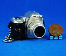 Takara Tomy Pentax Kamera Figur Keychain Dekoration 1:3 K-7 Silver Modell A538