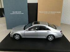 AUTOart 1:18 Mercedes S-Klasse W221 Dealer presentation box with 2 books (dutch)