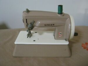 Vintage SINGER Toy Sewing Machine. Made in England. Crafts Stitching