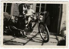 PHOTO ANCIENNE - VINTAGE SNAPSHOT - MOTO ENFANT DRÔLE TÊTE COUPÉE - MOTORCYCLE
