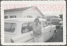 AUTO DE ÉPOCA FOTO BONITO niña con / NUEVO 1955 Ford Ranch Wagon AUTOMOBILE