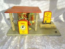GAMA, alte Tankstelle aus Blech mit Dach, Hebebühne und Zapfsäule