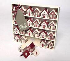 Rojo tradicionales de madera casa de pueblo de Adviento Navidad Calendario de pantalla este de la India