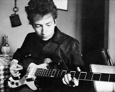 BOB DYLAN PLAYS GUITAR IN A RESTAURANT IN 1964 - 8X10 PUBLICITY PHOTO (DA-368)