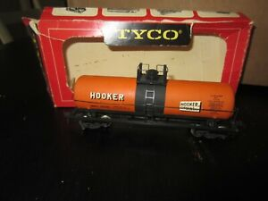 h o trains: Near mint HOOKER tank car with metal wheels--100% complete