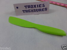 Tupperware Sandwich Spreader Knife Serated  & Smooth Edge Lime Green New