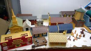 HUGE LOT of O Scale Lionel / Plasticville Buildings /parts lot (F44)