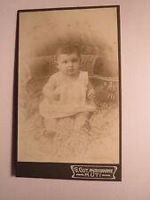 Rüti - auf einem Fell sitzendes kleines Kind / CDV