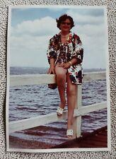 Altes originales Farbfoto, Hübsche Sie am Wassersteg