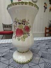 VASE FORME MEDICIS EN FAIENCE CERAMIQUE DECOR DE FRUITS POMMES MURES GROSEILLES