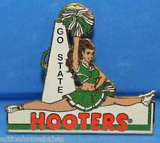 HOOTERS RESTAURANT CHEERLEADER DOING A SPLIT GREEN/WHITE POM POM GO STATE PIN
