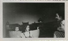 PHOTO ANCIENNE - VINTAGE SNAPSHOT - ENFANT REGARD LANDAU TÊTE DRÔLE -CHILD FUNNY