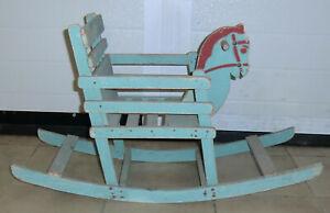 Cheval à bascule avec fauteuil ancien en bois peint