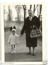 Portrait grand mère + enfant promenade parc  - Photo ancienne an. 1960