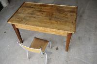 Ancienne petite table basse style bureau écolier et chaise enfant