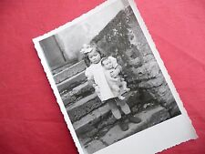 PHOTO ANCIENNE - VINTAGE SNAPSHOT - ENFANT avec POUPÉE POUPON - CHILD DOLL TOY 7