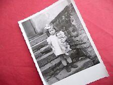 PHOTO ANCIENNE - VINTAGE SNAPSHOT - ENFANT avec POUPÉE POUPON - CHILD DOLL TOY 7