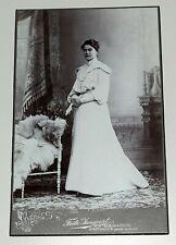 orig. CDV Foto, Hübsche junge Frau, langes Kleid, Kulisse 1880