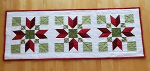 Handmade quilted table runner/red/green/christmas/Poinsettia
