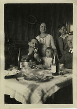 PHOTO ANCIENNE - VINTAGE SNAPSHOT - TABLE REPAS BOUTEILLE ALCOOL CIGARETTE FUMER