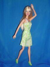 Barbie y verde y blanca Rubio Vestido Estampado ~ las rodillas rígidas y un codo doblado
