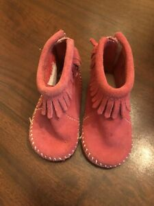 Minnetonka moccasins baby girl Size 4 Fringe Velcroe Closure Leather