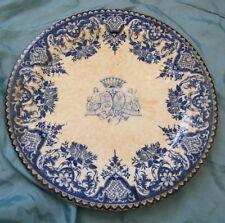 Assiette en faïence Gien à décor camaïeu bleu foncé d'armoiries, fin 19e siècle.