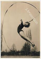 GIRL'S OUTDOORS GYM / MÄDCHEN GYMNASTIK IM FREIEN * Vintage 60s German Photo PC