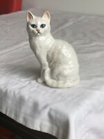 A Vintage Beswick White Persian Cat with Blue Eyes 12x7 cm Beautiful Piece