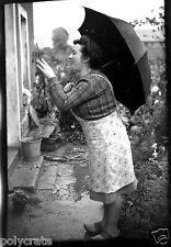 Femme sous le parapluie sabots - Ancien négatif photo an. 1940