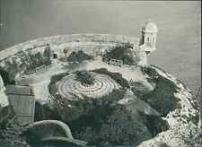 Monaco, une tour des remparts Vintage citrate printLes premières traces de vie