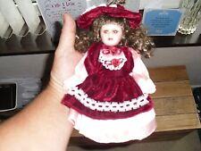 """VINTAGE Bisque/bambola di porcellana in abito & cofano, """"ZH"""" sul retro della testa, 20 cm"""