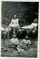PHOTO ANCIENNE - VINTAGE SNAPSHOT - FEMME GYMNASTIQUE BARRE PARALLÈLE MODE DRÔLE