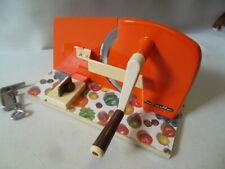 Schulte Brotschneidemaschine Handkurbel manuell in orange 60er / 70er Jahre KULT