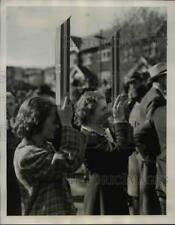 1939 Press Photo Canadian Girls Brought Periscopes Get Glimpse King & Queen