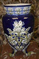 """Grand Vase tripode en barbotine, décor de fleurs """"Roses de Noël""""."""