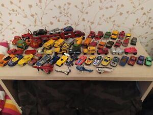 Lot de 50 véhicules  miniatures (voitures, camions, engins de chantier)