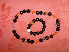 Kette aus Koralle , schwarze Glasperlen und bemalte Perlen; 50 cm mit Armband