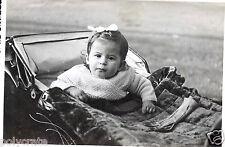 Photo ancienne - Portrait petite fille dans landau avec flot dans les cheveux