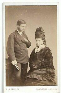 Cdv- Couple- Femme Étonnant Chapeau & Veste Photo Par B Avec Bentley, Manchester