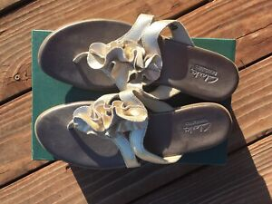 EUC 9M Clark's Bendables Flip Flops Dusk Azore Gold Leather w/Snakeskin Texture
