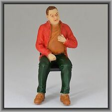 Dingler Handbemalte Figur Polyresin Spur 1 Mann sitzend, rote Jacke (100216-03)