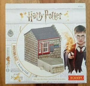 Hornby R7232 Harry Potter Hogsmeade Booking Hall PreDecoratd Cast Resin Building