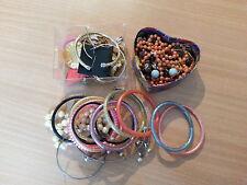 Lot de bijoux fantasie bracelets, colliers, boucles d'oreilles...