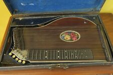 Alte Zither in ebenso altem Koffer mit Zitherring